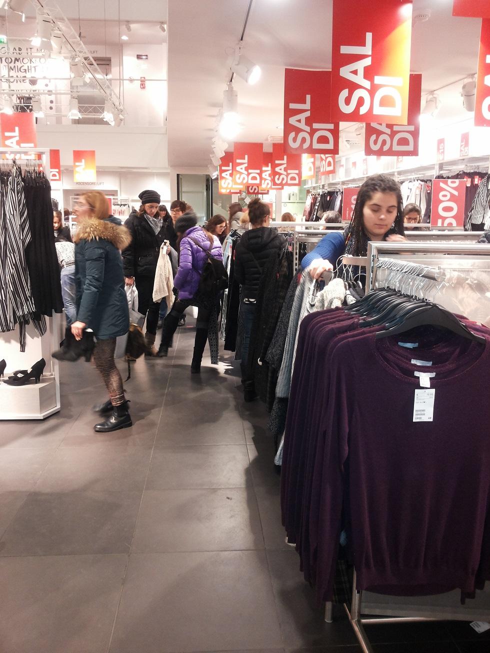 18742200f656 Firenze tempo di saldi  fila ai negozi per teenager